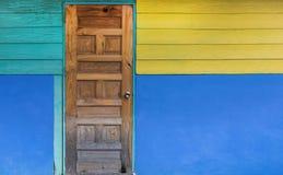 Alte Tür des Schmutzes mit Farbe gemalter Wand Klassische Weinlese und M Lizenzfreie Stockbilder