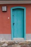 Alte Tür, die den Eingang zu einem Gebäude markiert Lizenzfreies Stockfoto