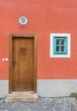 Alte Tür, die den Eingang zu einem Gebäude markiert Stockfoto