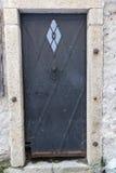 Alte Tür, die den Eingang zu einem Gebäude markiert Stockfotografie
