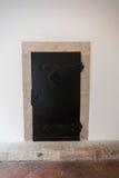 Alte Tür, die den Eingang zu einem Gebäude markiert Lizenzfreie Stockbilder