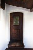 Alte Tür, die den Eingang zu einem Gebäude markiert Stockbilder