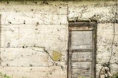 Alte Tür in einem alten Lager geschlossen Stockfotos