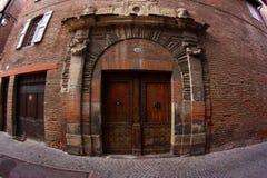 Alte Tür in einem Ziegelstein-Gebäude lizenzfreies stockbild