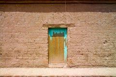 Alte Tür an einem Ziegelsteinhaus Lizenzfreie Stockfotografie