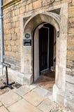 Alte Tür in einer Universität Stockbild