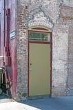 Alte Tür eines alten Hauses Stockbilder