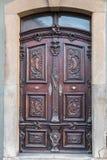Alte Tür eines historischen Gebäudes mit Treppenhaus stockbilder