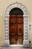 Alte Tür eines historischen Gebäudes in Perugia (Toskana, Italien) Lizenzfreie Stockfotografie