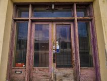 Alte Tür eines verlassenen Buildiings lizenzfreie stockbilder