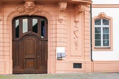 Alte alte Tür im Architekturhaus Stockfotos