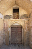 Alte Tür im Bogen Stockfotos