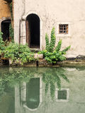 Alte Tür am Kanal Stockbilder