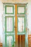 Alte Tür mit Backsteinmauer Stockfotos