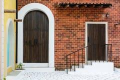 Alte Tür mit Backsteinmauer stockbilder
