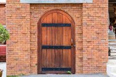 Alte Tür mit Backsteinmauer stockbild