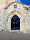 Alte Tür mit Bogen Stockfotos