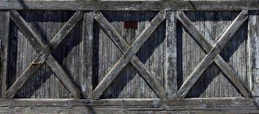 Alte Tür mit drei geformten Unterstützungen X stockfotografie