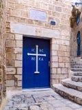 Alte Tür mit einem griechischen orthodoxen Kreuz. Stockfotos