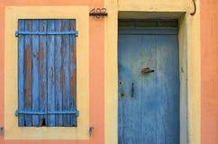 Alte Tür mit geblendetem Fenster in Provence Lizenzfreie Stockfotos