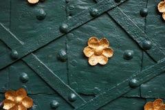 alte Tür mit goldener Blüte Lizenzfreie Stockfotos