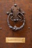 Alte Tür mit metallischem Griffklopfer Lizenzfreie Stockfotos