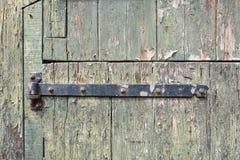 Alte Tür mit rostigem Scharnier lizenzfreie stockbilder