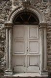 Alte Tür mit Steintüröffnung Stockfotos
