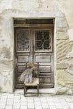 Alte Tür mit Stuhl Lizenzfreie Stockfotografie