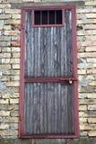 Alte Tür mit Vorhängeschloß Stockbilder