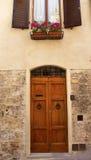 Alte Tür-mittelalterliche Stadt San Gimignano Italien Stockbild