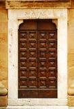 Alte Tür in Toskana stockbild
