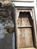 Alte Tür und alte Backsteinmauer stockfotos