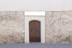 Alte Tür und Backsteinmauer Stockfoto