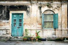 Alte Tür und Fenster auf der alten Wand Stockfotos