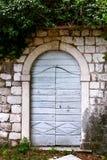 Alte Tür und Fenster auf einer Steinwand Stockfoto