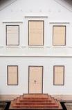 Alte Tür und Fenster auf weißer Wandweinleseart Lizenzfreies Stockfoto