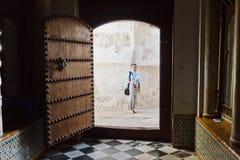 Alte Tür und junge Frau lizenzfreies stockbild