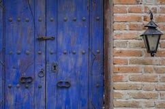 Alte Tür und Laterne Stockbild