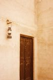 Alte Tür und Laterne in Dubai Lizenzfreies Stockbild