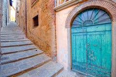 Alte Tür und Treppe der mittelalterlichen Stadt von Cortona, Toskana Stockbild