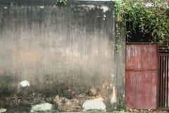Alte Tür und alte Zaunwand Lizenzfreie Stockbilder