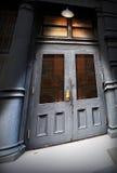 Alte Tür unter Leuchte Lizenzfreie Stockbilder
