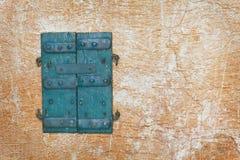 Alte Türen - Fensterläden auf Wand Stockfotografie