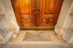 Alte Türen, Griffe, Verschlüsse, Gitter und Fenster lizenzfreies stockbild