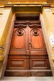 Alte Türen, Griffe, Verschlüsse, Gitter und Fenster stockbilder