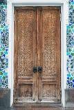 Alte Türen mit geschnitzten Mustern Lizenzfreies Stockfoto
