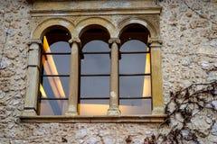 Alte Türen und alte Fenster in der alten Stadt Stockfotos