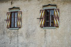 Alte Türen und alte Fenster in der alten Stadt Lizenzfreie Stockfotografie