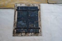 Alte Türen und alte Fenster in der alten Stadt Lizenzfreie Stockbilder